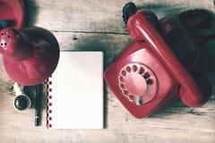 Czerwony telefon na stole Fotografia Royalty Free