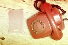 Czerwony telefon na stole Zdjęcie Stock