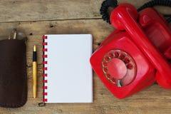 Czerwony telefon na stole Obrazy Royalty Free