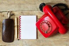 Czerwony telefon na stole Obraz Stock