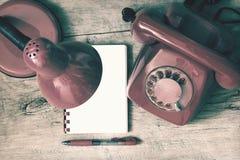 Czerwony telefon na stole Zdjęcie Royalty Free