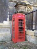 Czerwony telefoniczny budka Zdjęcia Royalty Free