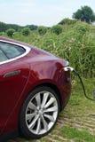 Czerwony Tesla model S ładuje - vertical Obrazy Stock