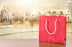Czerwony torba na zakupy na drewnianym stole Obrazy Stock