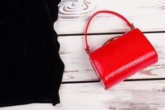 Czerwony torebki sprzęgło, czerni ubrania Obrazy Stock