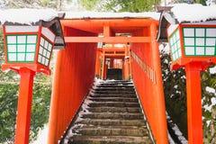 Czerwony torii układa wzdłuż halnej grani Przynosić pielgrzymów świątynia przy wierzchołkiem góra obrazy royalty free