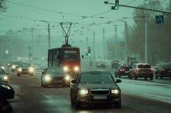 Czerwony tramwaj na zimy ulicie Fotografia Stock