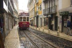 Czerwony tramwaj wąskie ulicy Lisbon Obraz Royalty Free