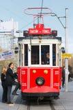 Czerwony tramwaj z pasażerami wchodzić do przy Taksim Obrazy Stock