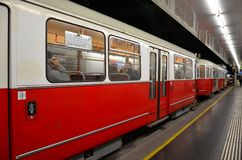Czerwony tramwaju, tramwaju samochód przy stacją/: Wiedeń, Austria Zdjęcie Royalty Free