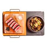 Czerwony tuńczyk staczający się w czarnych sezamowych ziarnach fotografia stock