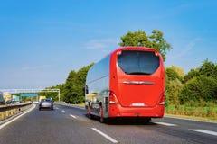 Czerwony Turystyczny autobus na drodze w Polska zdjęcie royalty free