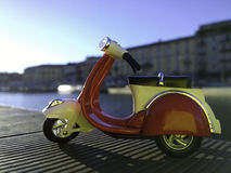Czerwony vespa model parkujący na stronie Darsena molo w Mediolańskim Włochy Fotografia Stock