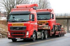 Czerwony Volvo FH Ciągnie Identyczną ciężarówkę Obraz Royalty Free