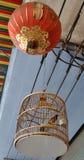 Czerwony wąsaty bulbul ptak w unikalnym klasycznym klatki i chińczyk czerwieni lampionie Obraz Royalty Free