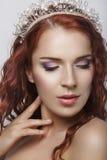 Czerwony włosy Piękna panna młoda z Kędzierzawy Długie Włosy Wysokiej jakości wizerunek Piękny uśmiechnięty kobieta portret na bi Obrazy Stock