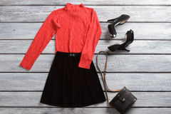 Czerwony wierzchołek i czerni spódnica Zdjęcia Stock