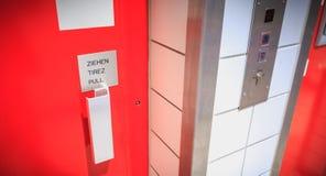 Czerwony windy drzwi dokąd mię piszą ciągnieniu fotografia stock