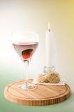 Czerwony winograd w szkle z świeczką Zdjęcia Stock