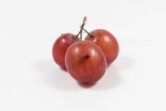 Czerwony winogrono odizolowywający na bielu, ścinek ścieżka zawierać, czerwonego winogrona cl Obrazy Royalty Free