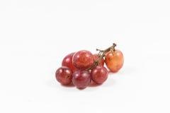Czerwony winogrono odizolowywający na bielu, ścinek ścieżka zawierać, czerwonego winogrona cl Zdjęcie Royalty Free