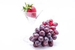 Czerwony winogrono z truskawkami Fotografia Royalty Free