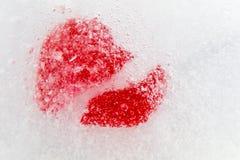 Czerwony złamane serce marznący w lodowym walentynki ` s dniu Zdjęcia Stock