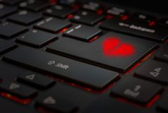 Czerwony złamane serce w klawiaturze obrazy royalty free