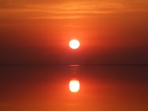 czerwony zachód słońca nad zatokę Obraz Royalty Free
