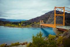 Czerwony zawieszenie most nad wodnym runoff generał Carrera Jezioro blisko Jeziornego Bertrand, Puerto Tranquilo, Chile Chico, Ay obraz royalty free