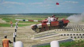 Czerwony zbiornik skacze nad przeszkodą zdjęcie wideo