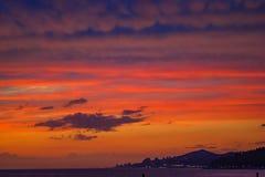 Czerwony zmierzch na morzu w opóźnionym wieczór Fotografia Stock