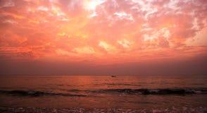Czerwony zmierzch w Agonda plaży, południowy Goa, India Fotografia Stock