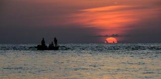 Czerwony zmierzch w Togean wyspie w Sulawesi, Indonezja Obrazy Stock