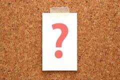 Czerwony znak zapytania na kawałku papieru na korkowej desce pojęcia o nzp często odizolowany pytanie spory white Obrazy Royalty Free