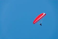 Czerwony zrozumienie szybowiec w Głębokim niebieskim niebie Obrazy Stock