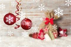 Czerwonych błyszczących bożych narodzeń dekoracyjne piłki odizolowywać dalej Obraz Royalty Free