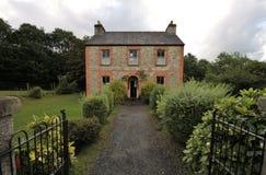 Czerwonych cegieł i kamieni dom na wsi Obrazy Royalty Free