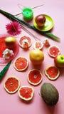 Czerwonych grapefruitowych plasterków cytrusa owoc brai zieleni błękitnej czerwieni koloru żółtego menchii naczyń żółta soczysta  fotografia royalty free