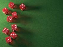 Czerwonych kostka do gry Zielony stół Zdjęcie Royalty Free