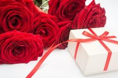 Czerwonych róż anf prezenta pudełko Fotografia Royalty Free