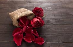 Czerwonych róż kwiaty są na drewnianym tle Obraz Stock