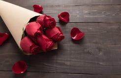 Czerwonych róż kwiat jest na drewnianym tle Zdjęcia Stock