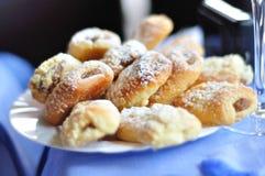 Czescy ślubni torty na bielu talerzu Fotografia Royalty Free