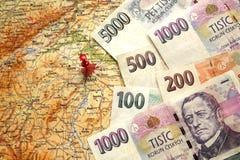 Czescy pieniędzy banknoty na mapie republika czech Obrazy Stock