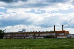 Czeski zakład produkcyjny w polu fotografia stock