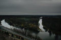 Czeskiego wieczór jesienny krajobraz z zbieżnością Vltava rzeki i Vranansko-Horinsky wysyłki kanał w Melnik mieście Zdjęcia Royalty Free