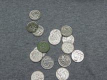 5 CZK-Münzen über Gewebeoberfläche Lizenzfreies Stockfoto