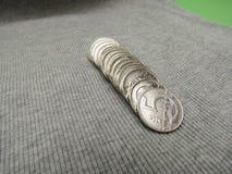 5 CZK-Münzen über Gewebeoberfläche Stockbild