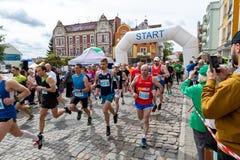 Czluchow, pomorskie/Pologne - mai, 25, 2019 : Tura Run - concurrence de rue dans une petite ville La concurrence d'athl?tisme a a photographie stock